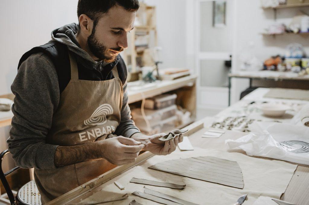 Luis Torres Ceramics making handmade Bowtery bow ties at his pottery studio. Pajaritas hechas a mano por un artesano en su taller de alfarería