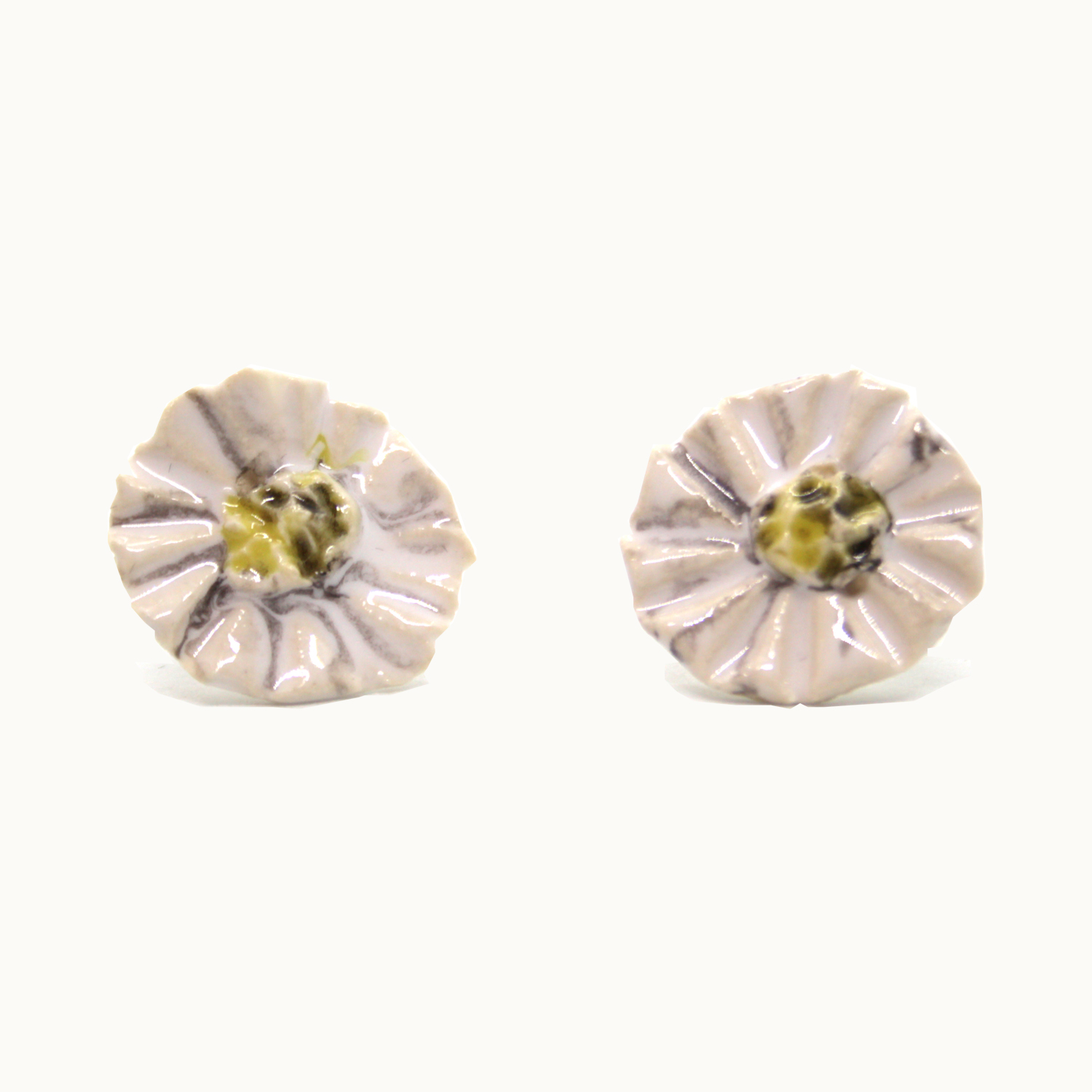 Pendientes originales Bowtery de cerámica y plata con flor blanca margarita hechos a mano. Handmade ceramic and silver earrings white daisy flower