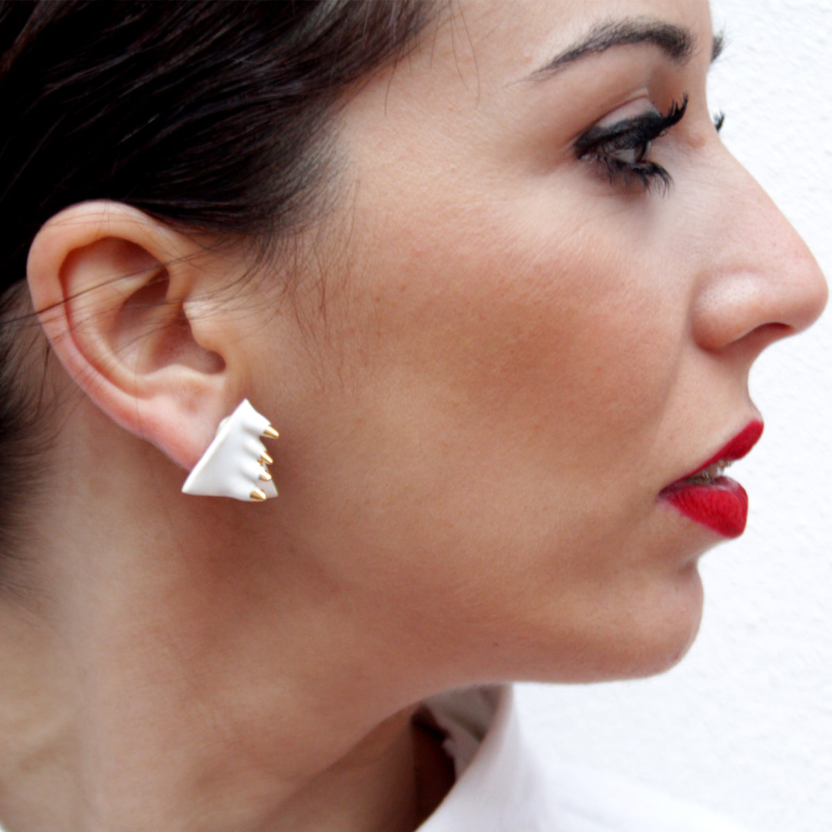 Pendientes de cerámica en triangulo minimalista blanco y oro y fornitura en plata Bowtery cardo pinchos punk originales elegantes. Handmade ceramic earrings triangle minimalist White and gold elegant and exclusive