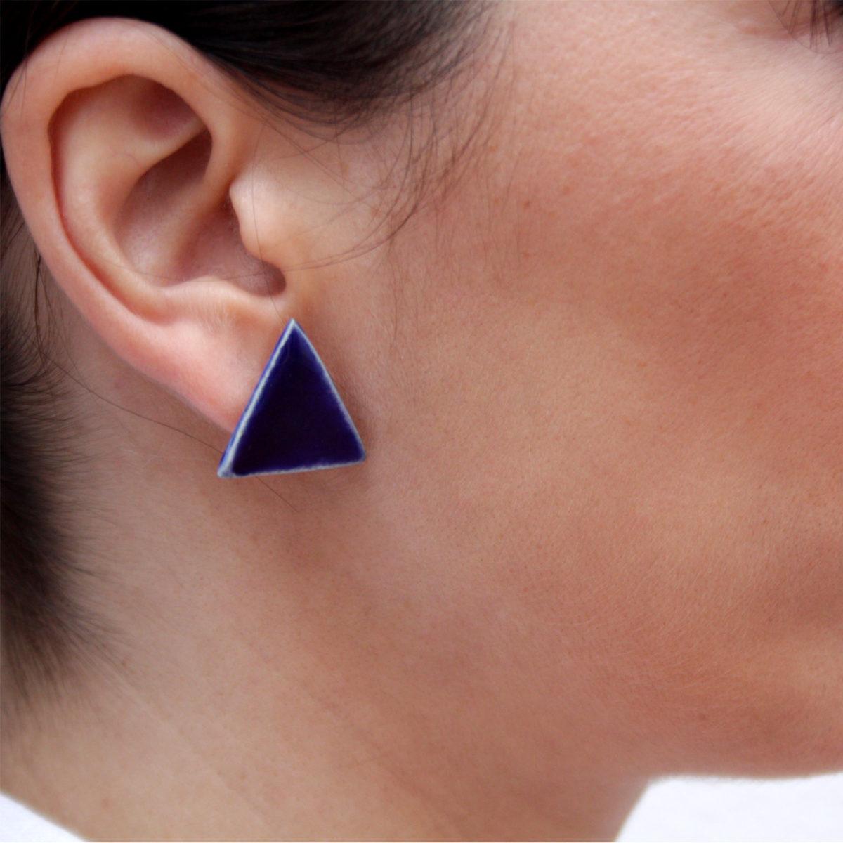 Pendientes de cerámica triangulares hechos a mano color azul intenso cobalto Bowtery minimalista. Minimalist handmade ceramic triangle earrings blue cobalt