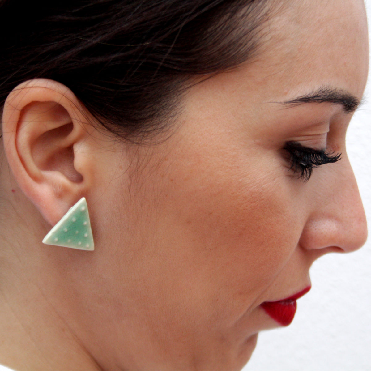 Pendientes de cerámica en triangulo minimalista Bowtery Manguilla verde menta con textura de lunares. Handmade ceramic earrings triangle minimalist mint green spotted texture
