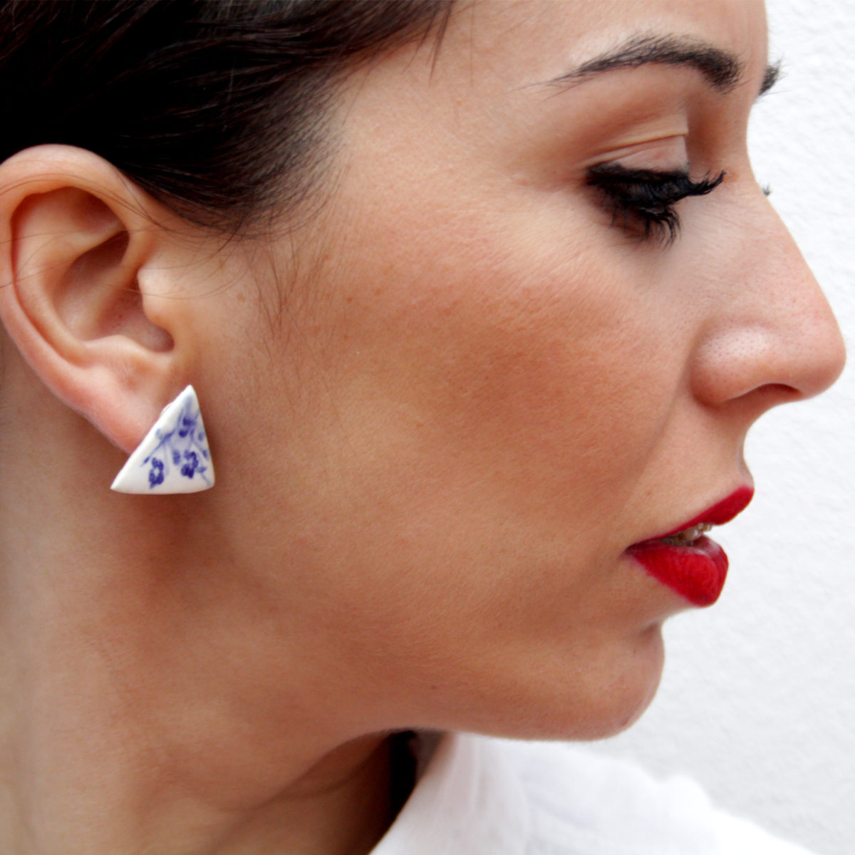 Pendientes de cerámica en triangulo minimalista Bowtery La Rambla flores azul y blanco Handmade ceramic earrings triangle minimalist blue and White flowers