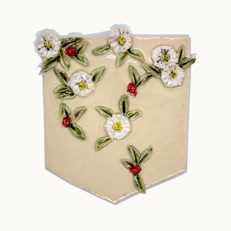 Bolsillo de cerámica hecho y pintado a mano con relieve de flores Bowtery Entrega original y personalizado. Handmade ceramic pocket flowers