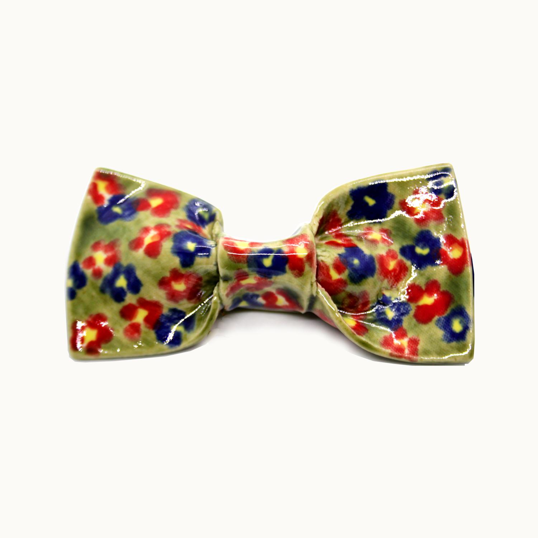 Pajarita hecha a mano en cerámica Bowtery Primavera original y exclusiva con flores azules rojas verdes y amarillas. Handmade ceramic colourful bow tie yellow blue red green flowers patterned