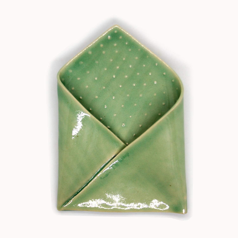 Pañuelo de cerámica hecho a mano ideal para chaquetas americanas y trajes elegantes Bowtery verde menta textura lunares Manguilla. Handmade ceramic pocket square perfect for blazers and elegant suits mint green spotted texture