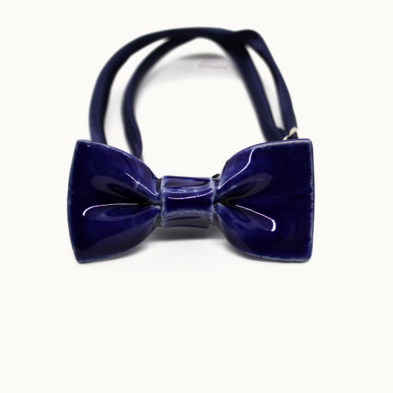 Pajarita mini de cerámica hecha a mano en azul cobalto Bowtery para niños o estilos minimalistas. Handmade ceramic mini bowtie cobalt blue for kids or minimalist styles
