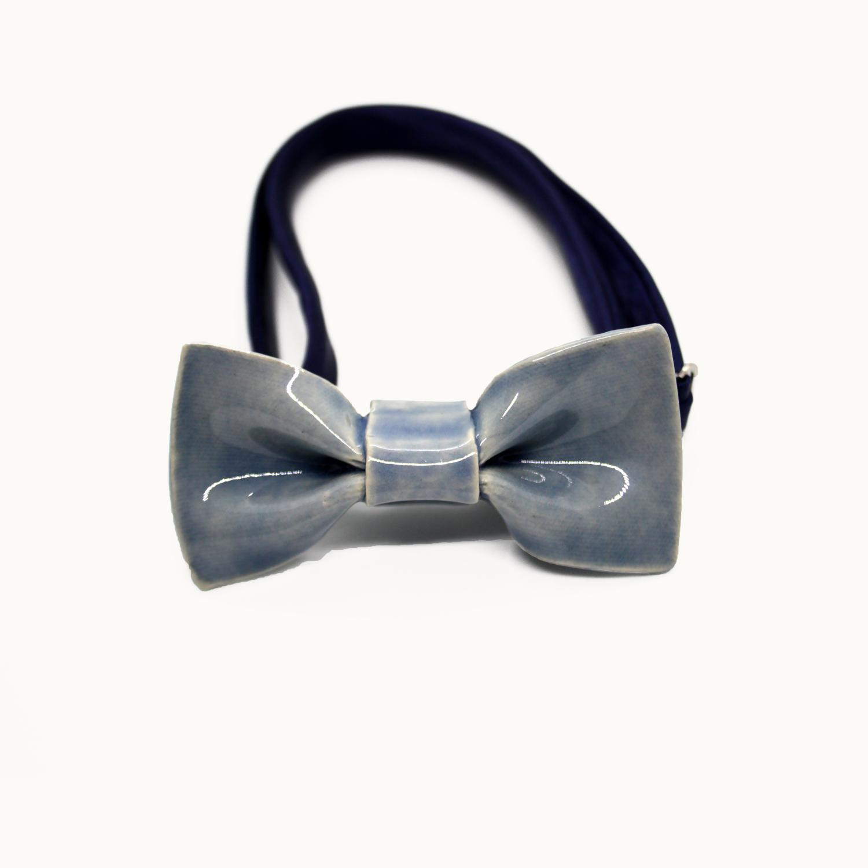 Pajarita de cerámica mini Bowtery cielo para niños y adultos minimalistas. Mini handmade ceramic bow tie Bowtery Cielo for kids and minimalist styles