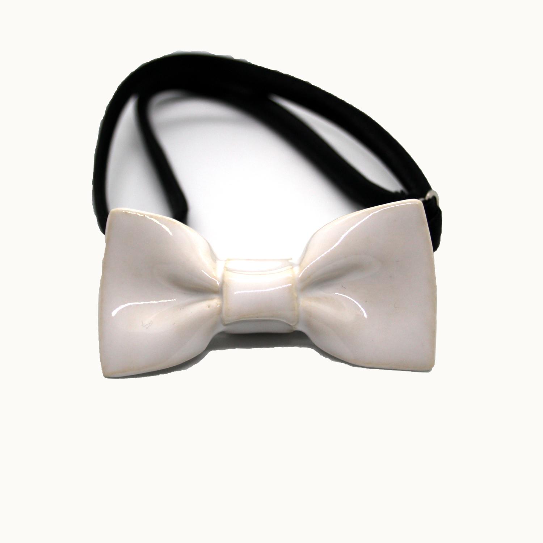 Pajarita de cerámica mini Bowtery blanca para niños adultos minimalistas y bailar vals. Handmade ceramic mini bow tie white for kids minimalist and dancers