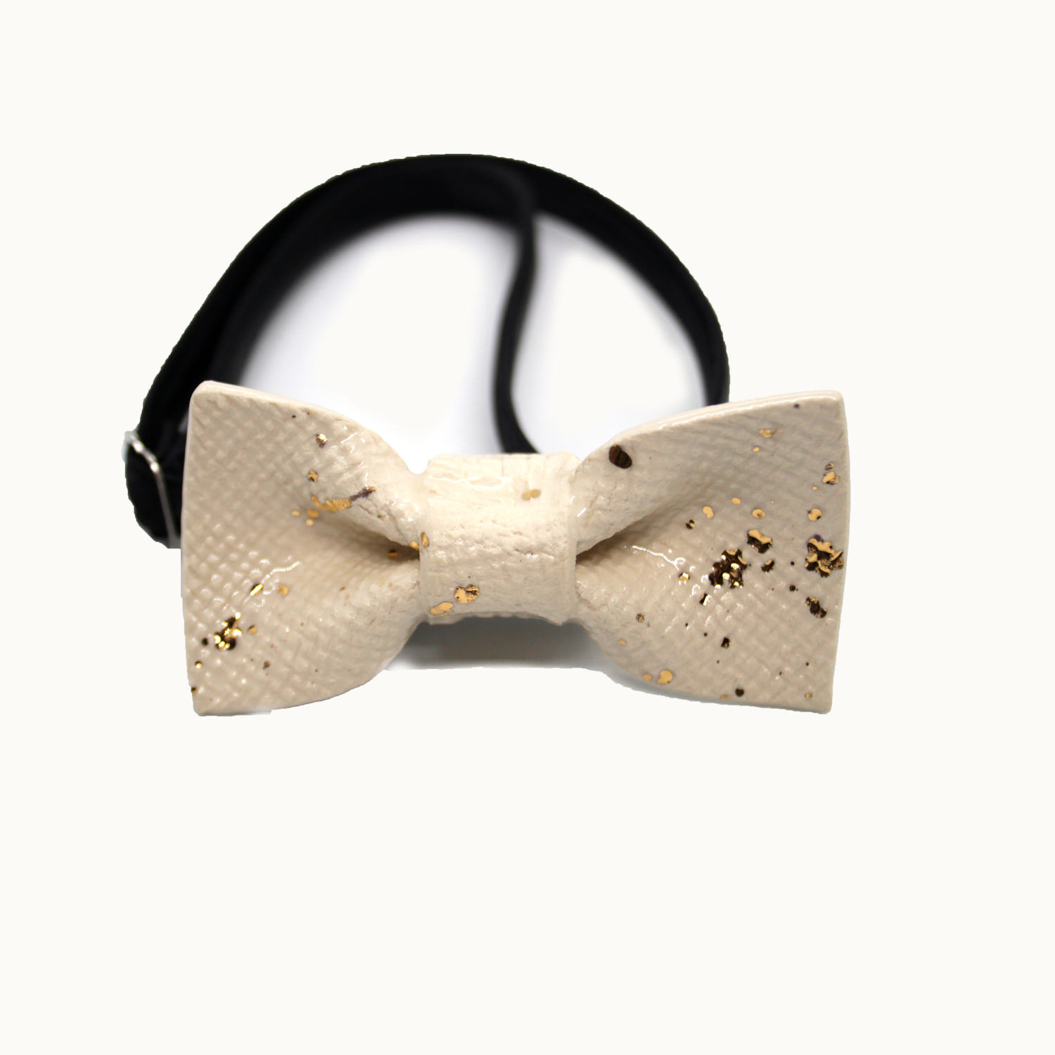 Pajarita de cerámica hecha a mano Mini Bowtery Abuelo ideal para niños y adultos minimalistas en beige y dorado con esmalte de oro. Handmade ceramic bow ties mini golden glaze for kids and minimalist adults