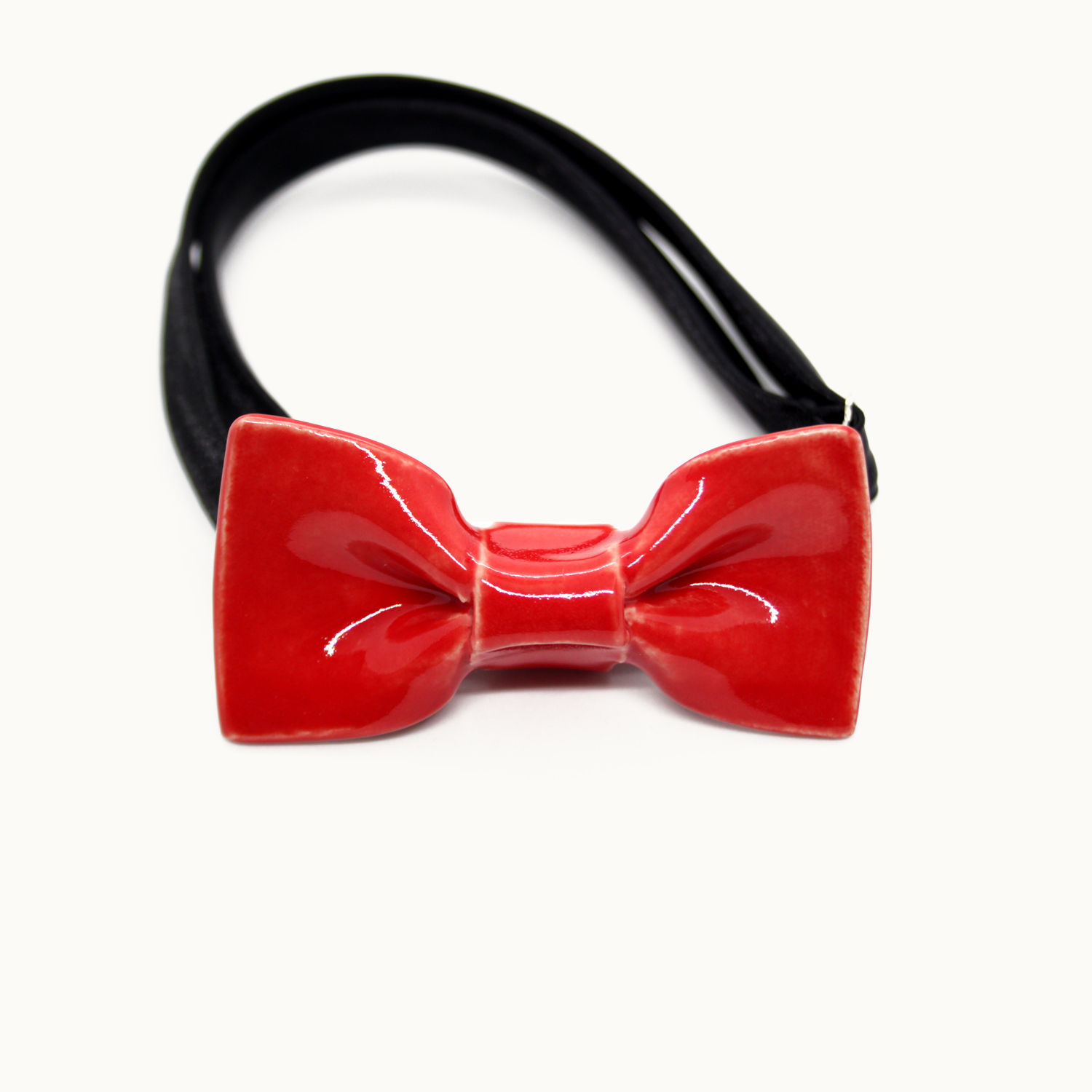 Pajarita de cerámica mini pequeña Bowtery Red ideal para niños y para looks minimalistas hecha a mano. Handmade ceramic bow tie mini red ideal for kids and minimalist looks.