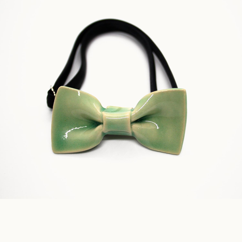 Pajarita de cerámica hecha a mano original Bowtery pequeña para niños y estilos minimalistas. Handmade ceramic mini bow tie green mint for kids and minimalist looks.