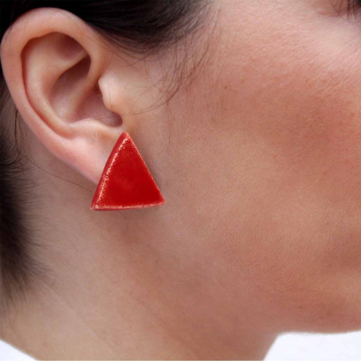 Pendientes de cerámica triangulares hechos a mano color rojo intenso Bowtery minimalista. Minimalist handmade ceramic triangle earrings red
