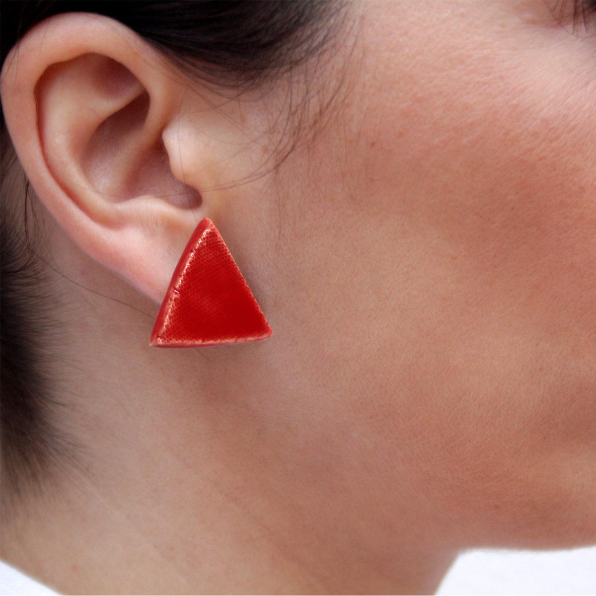 Pendientes de cerámica triangulares hechos a mano color rojo intenso Bowtery minimalista. Minimalist handmade ceramic triangle earrings red