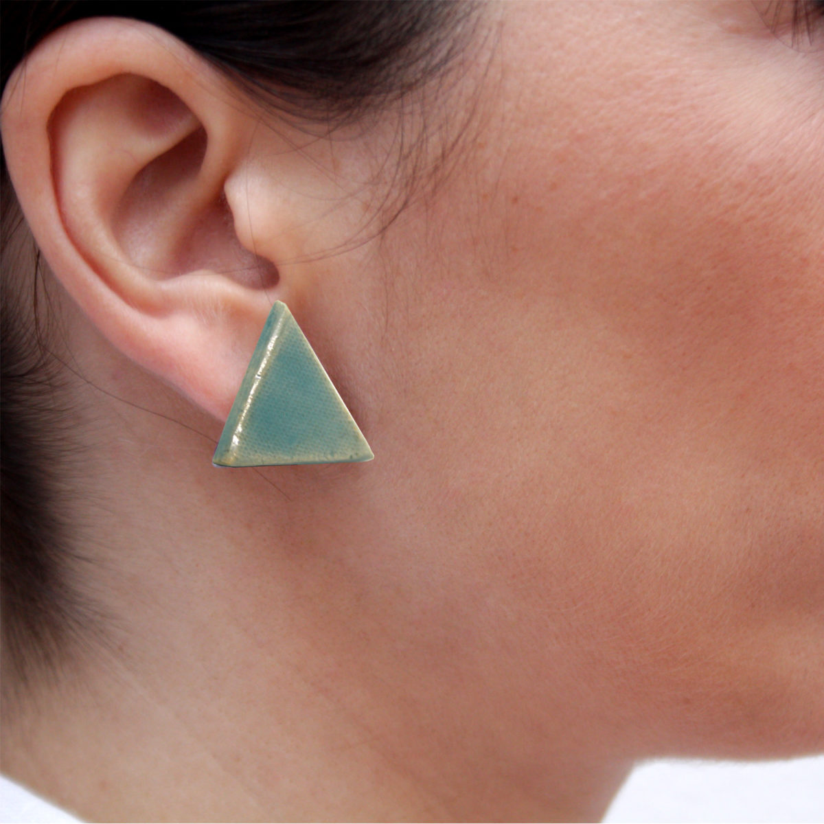 Pendientes de cerámica triangulares hechos a mano color verde agua Fuente Bowtery minimalista. Minimalist handmade ceramic triangle earrings water blue green