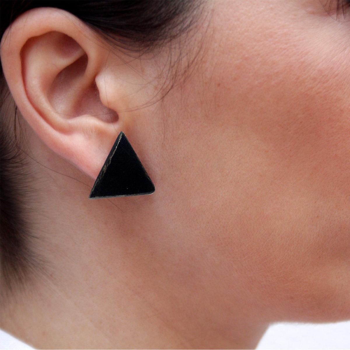 Pendientes de cerámica triangulares hechos a mano color negro Bowtery minimalista. Minimalist handmade ceramic triangle earrings black