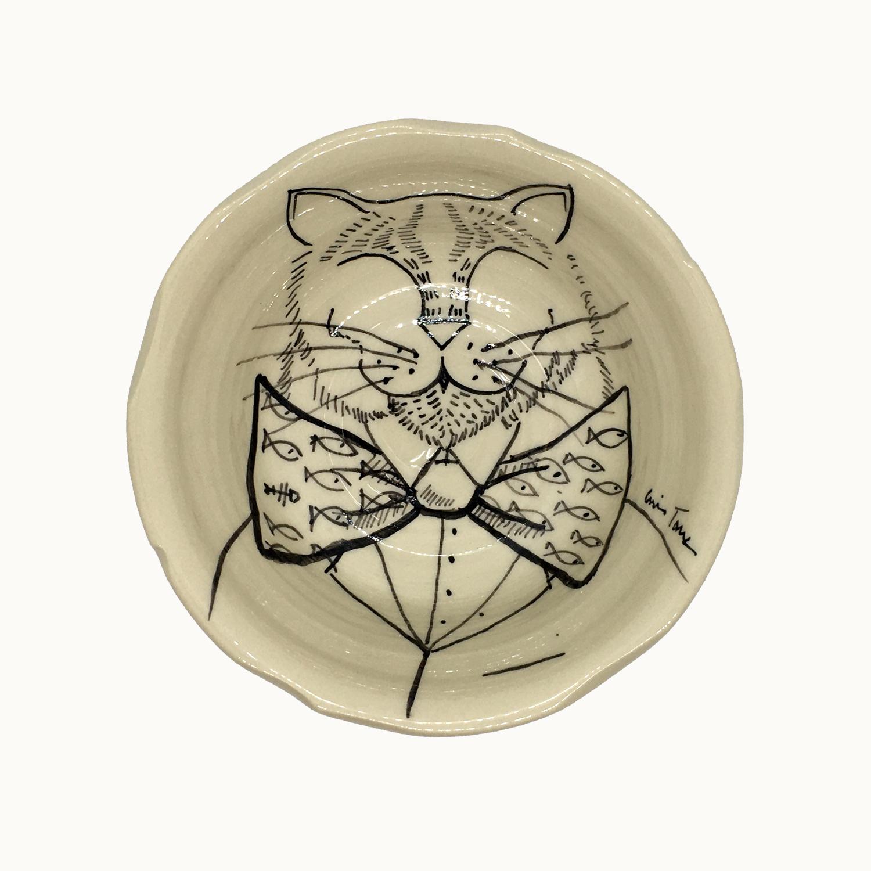 Cuenco hecho e ilustrado a mano por Luis Torres Ceramics en La Rambla Córdoba con diseño de gato con pajarita. Handmade ceramic illustrated bowl with design of cat with bow tie.