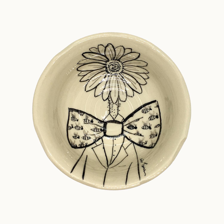 Cuenco hecho e ilustrado a mano por Luis Torres Ceramics en La Rambla Córdoba con diseño de margarita con pajarita. Handmade ceramic illustrated bowl with design of daisy with bow tie.