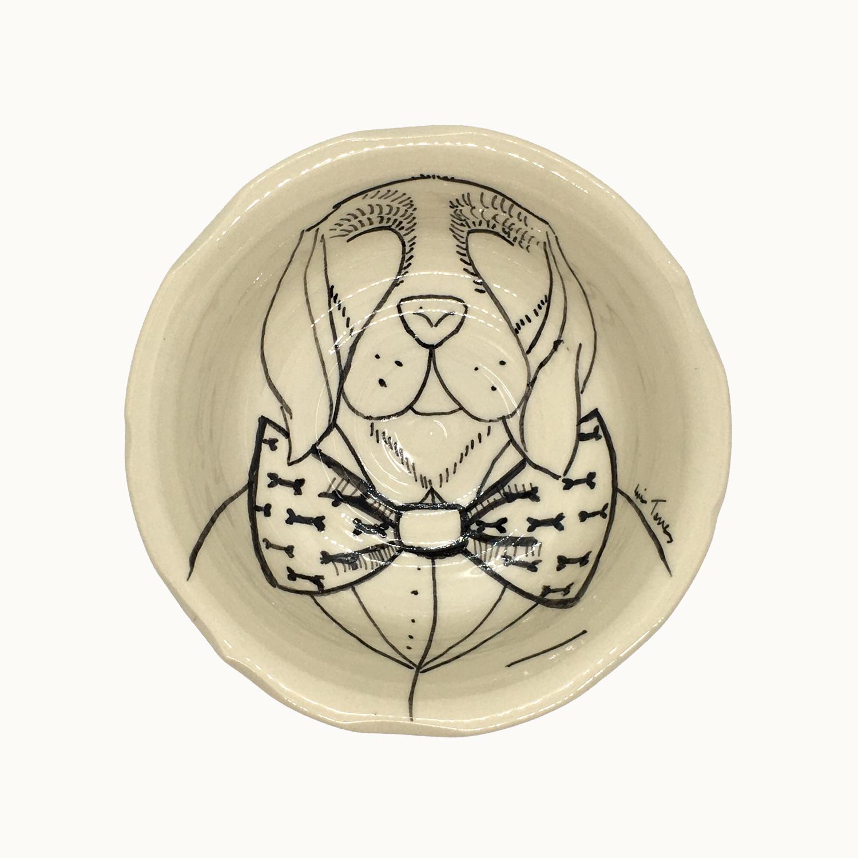 Cuenco hecho e ilustrado a mano por Luis Torres Ceramics en La Rambla Córdoba con diseño de perro con pajarita. Handmade ceramic illustrated bowl with design of dog with bow tie.