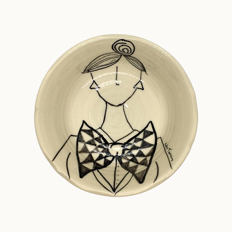 Cuenco hecho e ilustrado a mano por Luis Torres Ceramics en La Rambla Córdoba con diseño de mujer con pajarita. Handmade ceramic illustrated bowl with design of woman with bow tie.