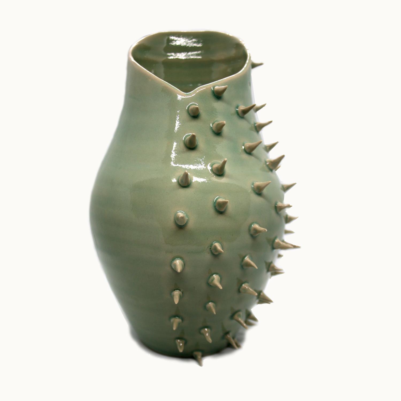 Jarrón original y moderno en cerámica de gran dureza hecho a mano por Luis Torres Ceramics en La Rambla, Córdoba con diseño de pinchos de Crisálida. Handmade vase spikes design original and modern made in Spain