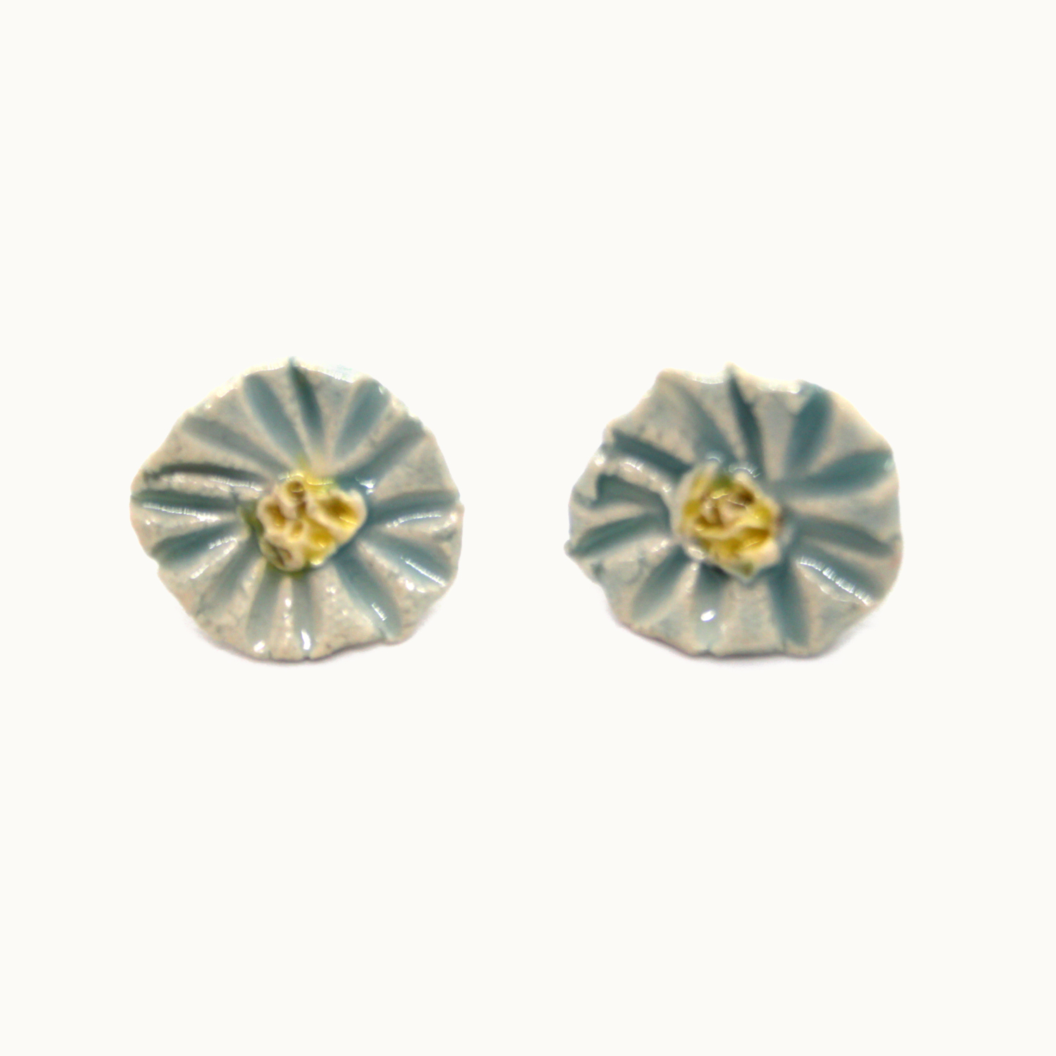 pendientes de plata y cerámica Bowtery Margarita azul hechos a mano. Handmade ceramic and silver earrings blue daisy