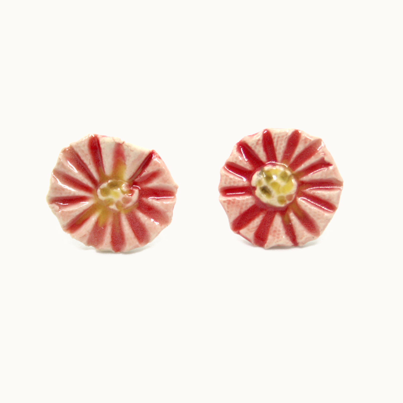 Pendientes de cerámica con forma de margarita rosa. Handmade ceramic earring pink daisy silver